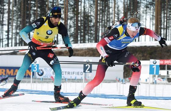 Martin Fourcade (vlevo) a Johannes Thingnes Bö bìhem stíhaèky v Kontiolahti