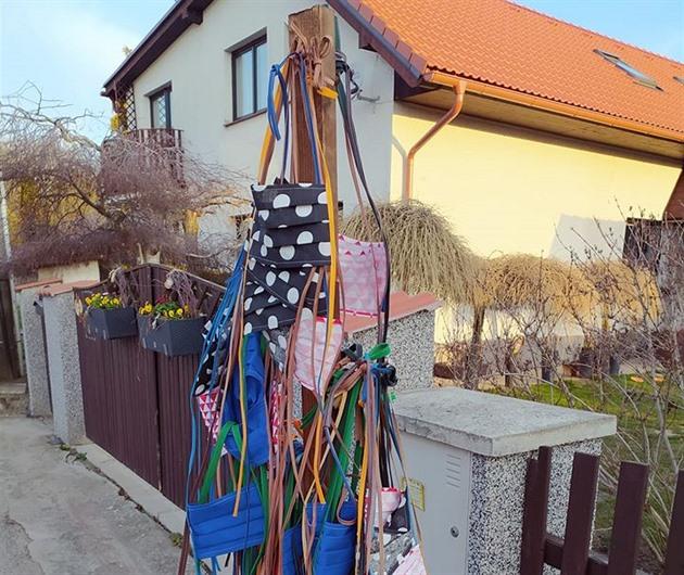 """Krejčová postavila před dům """"rouškovník"""