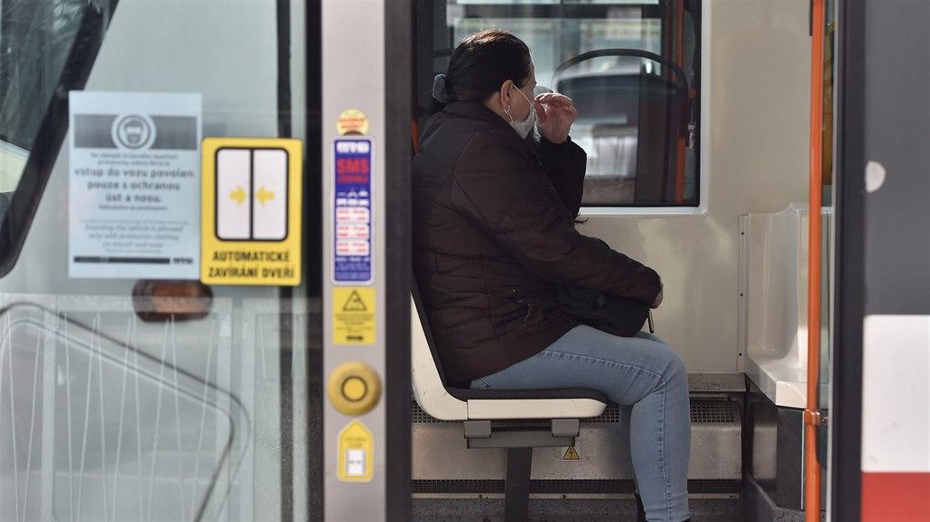 Lidé, kteří od 17. března 2020 jezdí městskou hromadnou dopravou v Brně, musí...