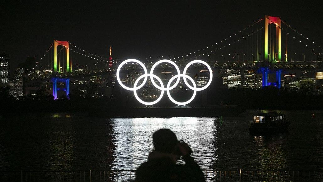 Symbol je pryč, v Tokiu sundali obří olympijské kruhy
