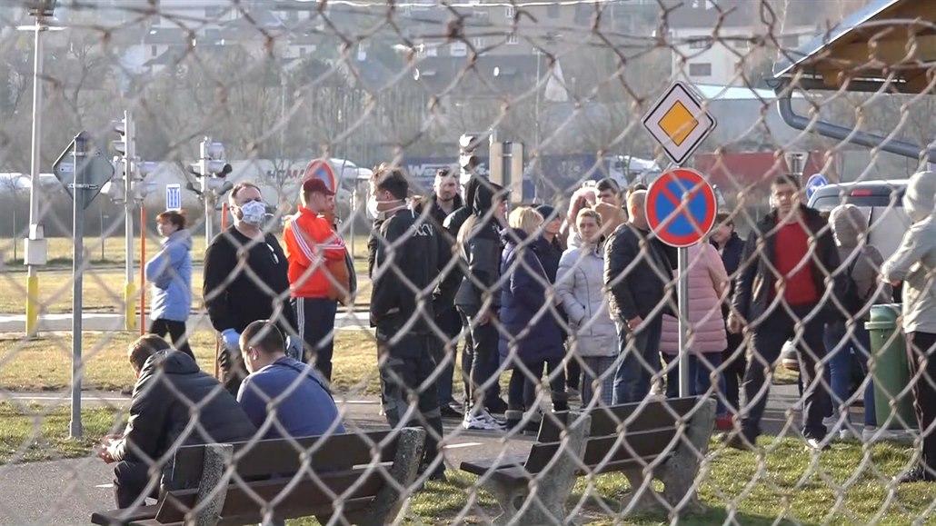 Desítky Ukrajinců bivakují na hřišti v Náchodě, Poláci autobus nepustili