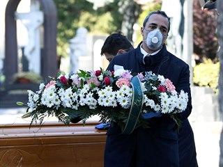 Pohřeb oběti nemoci COVID-19 v Bergamu (16. března 2020)