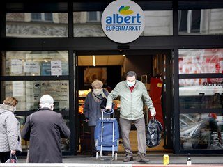 Senioři odcházejí z nákupu v supermarketu Albert na Vinohradské třídě v Praze....