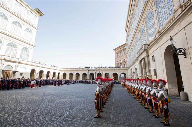 Nová kasárna Švýcarské gardy počítají se ženami. Vatikán o tom ale neví