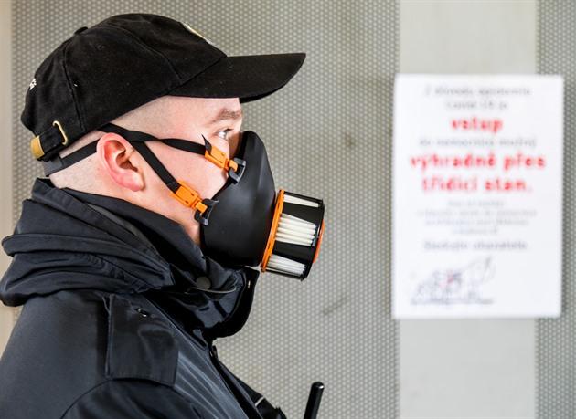 Česko šije roušky, ale vyrábí i špičkové masky pro americkou armádu