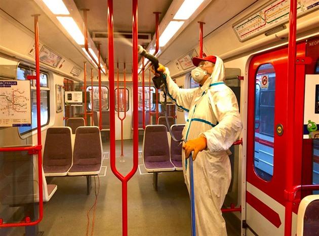 Vozy metra i tramvaje vyčistí nanodezinfekce, slibuje dvouletý účinek
