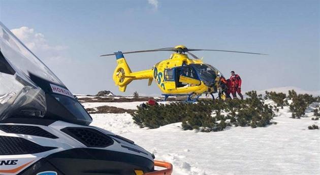 V Krkonoších se zranil lyžař, nelegálně se pohyboval v první zóně parku