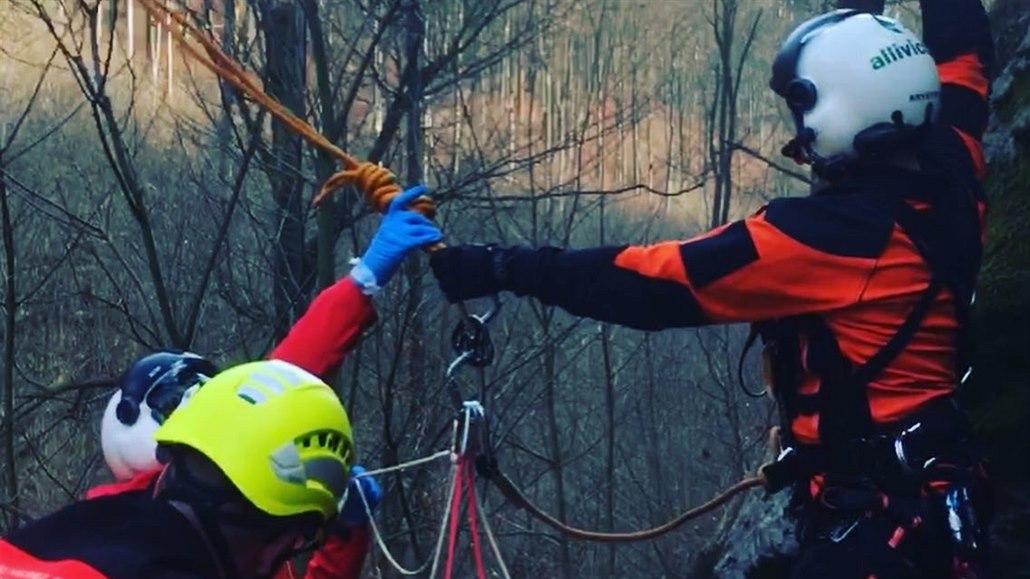 Žena spadla do Lovětínské rokle, z nepřístupného terénu ji vytáhli záchranáři