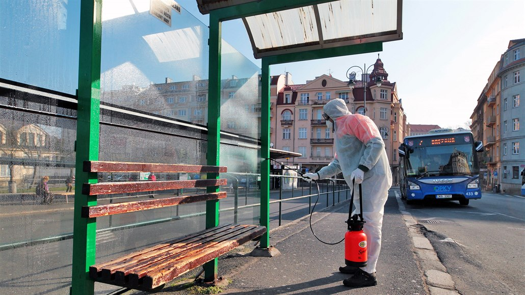 Zastávky ve Varech dezinfikují, chemická ochrana vydrží až tři týdny