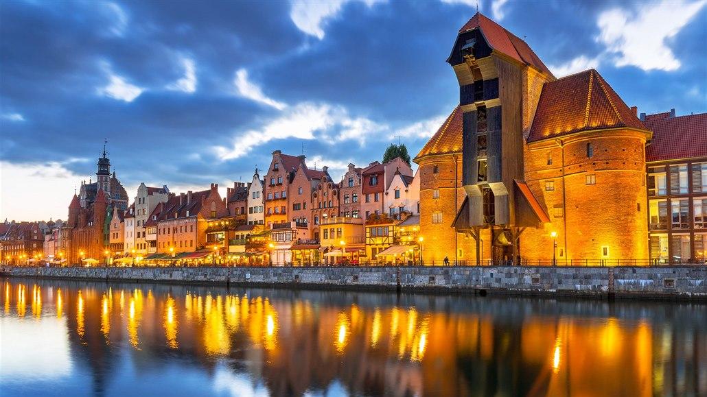 Nábřeží polského Gdaňsku se středověkou stavbou Starého jeřábu (Stary Zuraw).