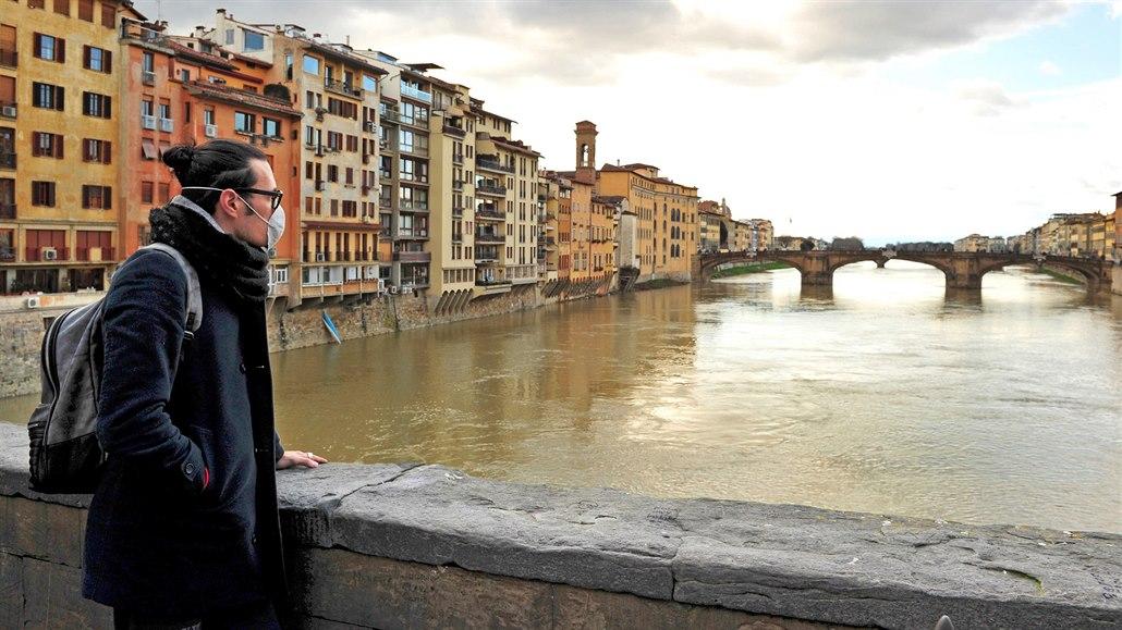 Italská duše trpí. Běžte domů, křičí na sebe sousedé z balkonů ve Florencii
