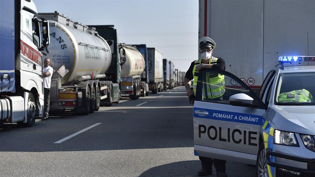 Další kolona na D2, Slováci kvůli Maďarům opět zakázali vjezd kamionů