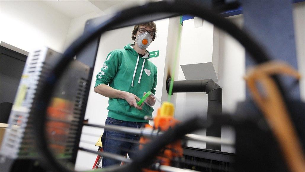 Technici i školy tvoří ochranné štíty na 3D tiskárnách, nemocnici nadchli