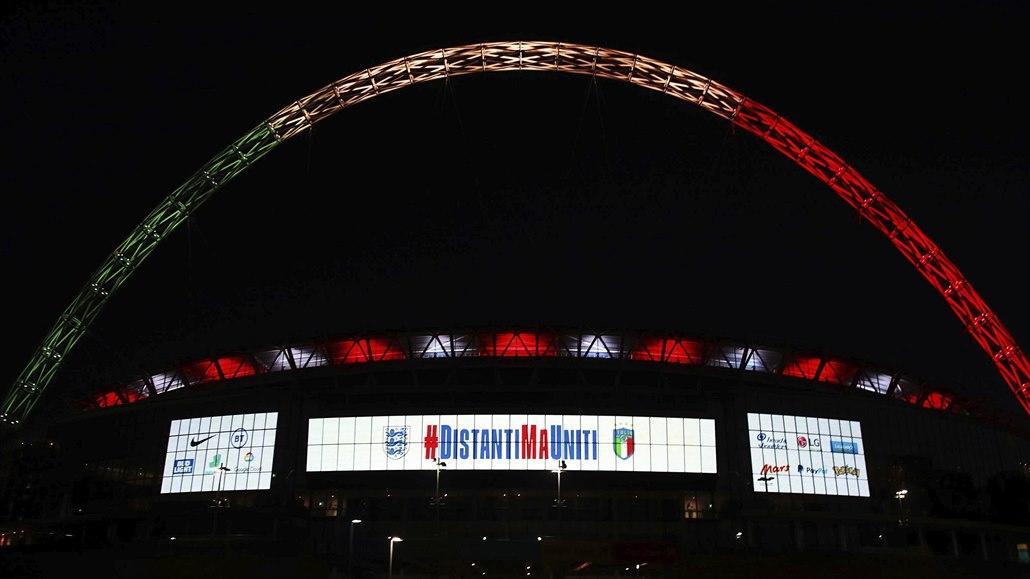 Italská trikolora nad Wembley. Zrušený zápas připomněla světelná show