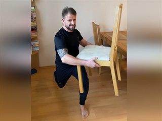 Domácí cvičení s židlí