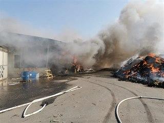 Požár drceného odpadu na skládce Celio u Růžodolu. (28. března 2020)