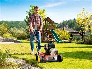Na menší rovné travní  plochy se hodí elektrický vertikutátor. Pokud máte větší...