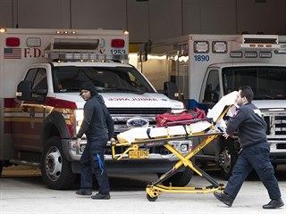 Nemocnice v New Yorku se potýkají s nebývalým přívalem pacientů. (18. března...