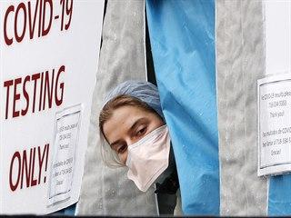 Zdravotnice v testovacím stanu před jednou z nemocnic v New Yorku (28. března...
