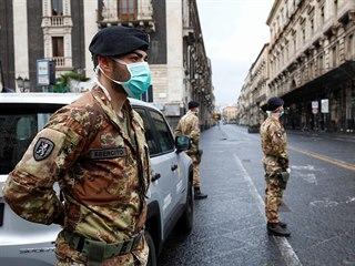 Vojáci střeží ulice italské Katánie. (21. března 2020)
