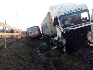 Řidič kamionu zřejmě přehlédl červené výstražné světlo zabezpečovacího zařízení...