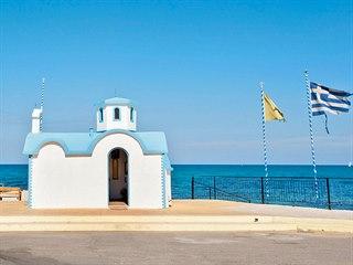 Osamocený bílomodrý kostelík v Analipsi na Krétě