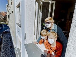 Maminka s dětmi vyjádřili zpěvem z okna poděkování a podporu lékařům,...