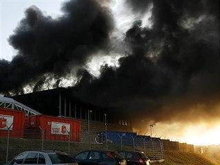 Požár skladů v Jihlavě likvidují desítky hasičských vozů