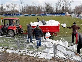 Pořadatelé odklízejí sníh před zápasem běloruské ligy mezi Slutskem a Slavií...