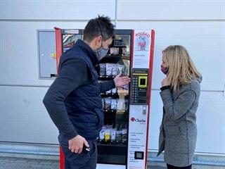 Ve Vyškově v pondělí 23. března 2020 zprovoznili dva automaty na roušky, které...