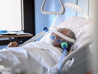 Pacient s chorobou COVID-19 na jednotce intenzivní péče v italské nemocnici...