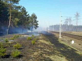 Projel tudy ohnivý vlak? ptali se hasiči na Twitteru. Les hořel ve třech...