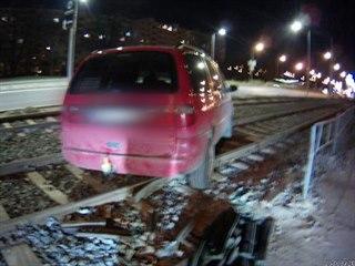Opilý řidič vjel autem na tramvajovou trať. Od vozu pak odešel.
