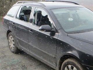 Muž mu velkým kladivem rozbil okna na autě.