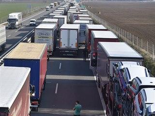 Na dálnici D2 u Břeclavi směrem na hraniční přechod se Slovenskem čekají řidiči...