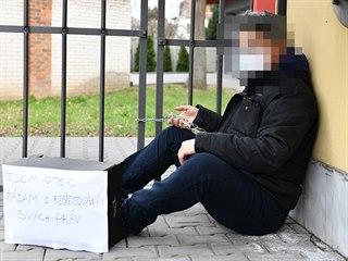 Pomocí řetězu a zámku na motorku se muž italské národnosti žijící v Bně...
