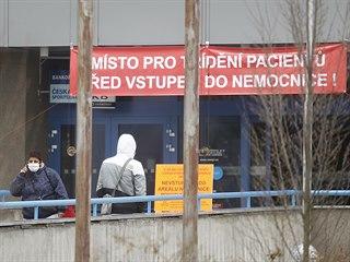 Vstup do nemocnice v Jihlavě. Podobně to vypadá i u dalších krajských nemocnic...