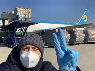 Ve středu přiletělo letadlo, které přivezlo 44 400 antivir obleků, 200 tisíc...