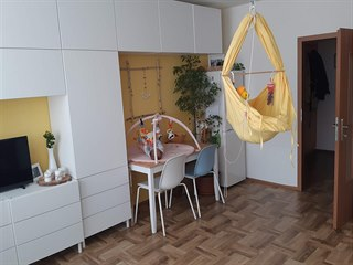 Z obývacího pokoje s kuchyňským koutem se stal i dětský pokoj a herna.