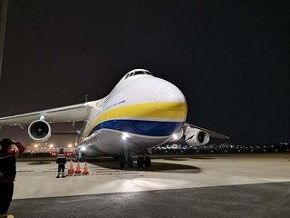 V čínském Šen-čenu přistál v pátek odpoledne velkokapacitní ukrajinský letoun...