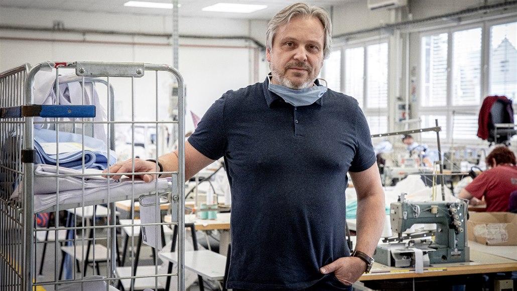Máme stovky kilometrů látek, ale nejsou šičky, říká jednatel textilní firmy