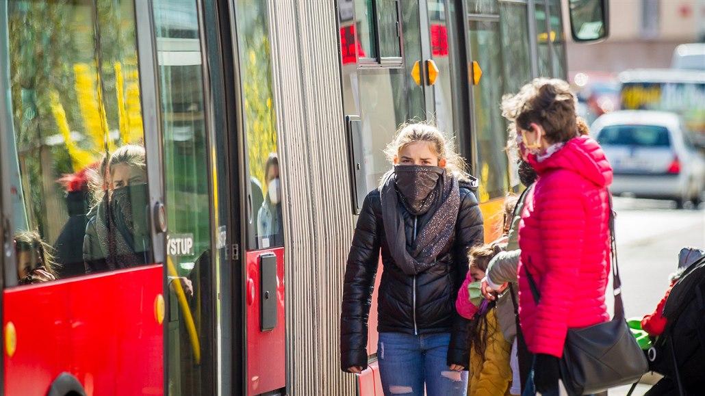 Autobusy i vlaky jezdí poloprázdné, v jižních Čechách ruší další spoje