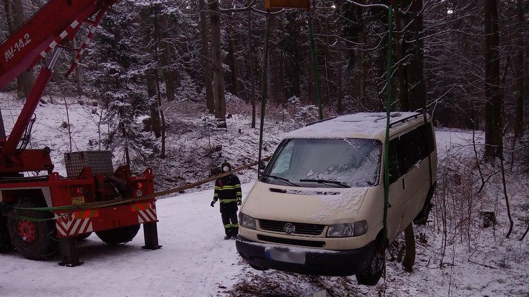 Řidič dodávky nezvládl náledí v serpentinách, řetězy dostalo i auto hasičů