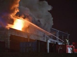 Požár v jihlavském skladu elektroodpadu likvidovali hasiči několik hodin. Škoda...