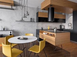 Antracitovou a šedou barvu doplnila hořčicově žlutá a zejména dubové dřevo.
