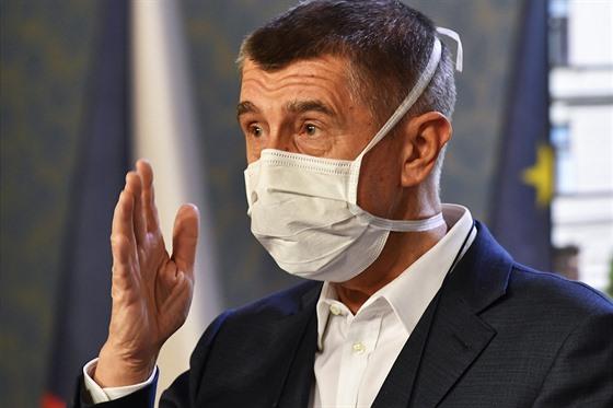 Premiér Andrej Babiš vystoupil 30. března 2020 v Praze s ochrannou rouškou na...