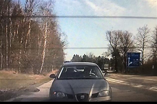 VIDEO: Muž využil policejního pronásledování a nebezpečně předjížděl