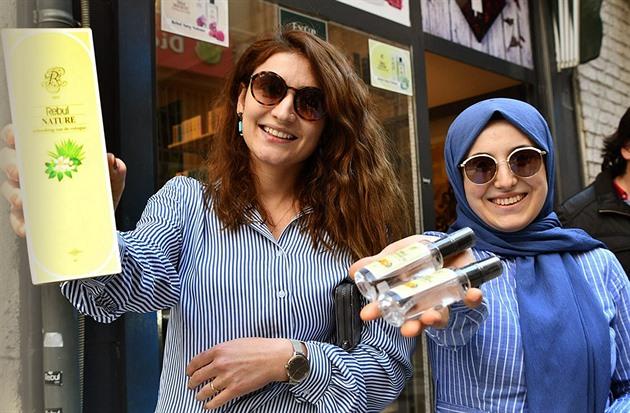 Kolínská je v Turecku národní tradicí. Teď pomáhá bojovat proti koronaviru