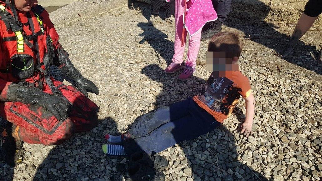 Chlapec uvázl v bahně nádrže ve Stodůlkách, zachraňovali ho hasiči