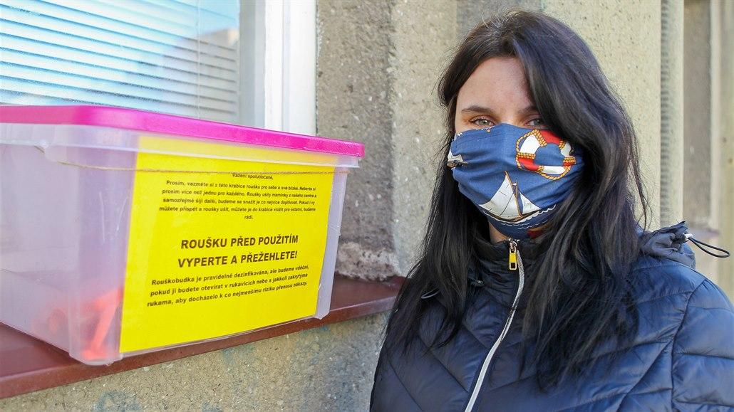 Bezdomovci, senioři i dělníci. Rouškobudku v Prostějově využily stovky lidí